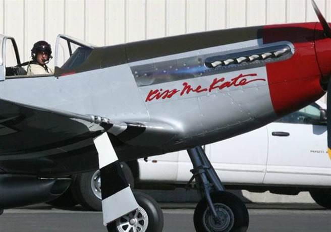湯姆克魯斯的私人P-51,上面寫著「凱特吻我」。(圖/網路)
