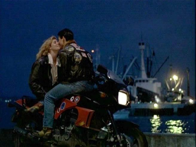 1986年的捍衛戰士1當中,有許多男女主角騎摩托車兜風的情節。(圖/派拉蒙影業)