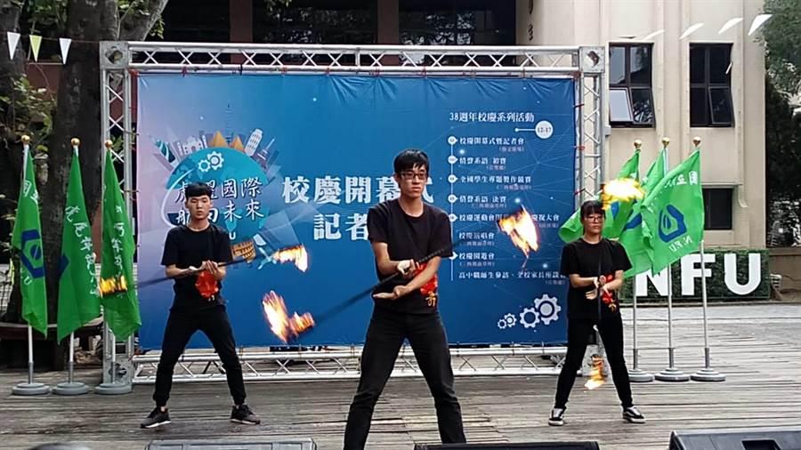 國立虎尾科技大學火舞社精彩演出,為該校38周年校慶揭幕。(許素惠攝)
