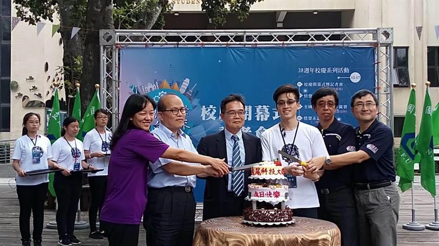 國立虎尾科技大學38周年校慶,校長覺文郁(左三)率主管切蛋糕。(許素惠攝)