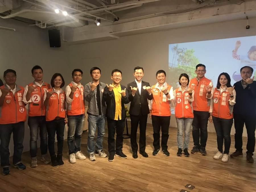 新竹市長候選人林智堅(中)12日提出「教育扎根計畫政策」,提供給下1代更好的教育學習環境以及知識的遊樂地。(陳育賢攝)