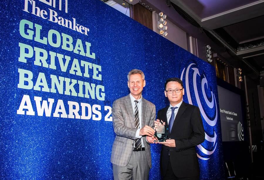 台新銀行自英國風光抱回兩座「台灣最佳私人銀行獎」,由該行通路營運事業處資深副總經理黃培直(右)代表領獎。(圖:台新銀行提供)