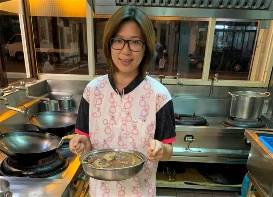 店長陳昱彤北漂後決定返鄉承接家中薑母鴨事業,把對薑母鴨的熱情傳播給每位顧客。(巫靜婷攝)
