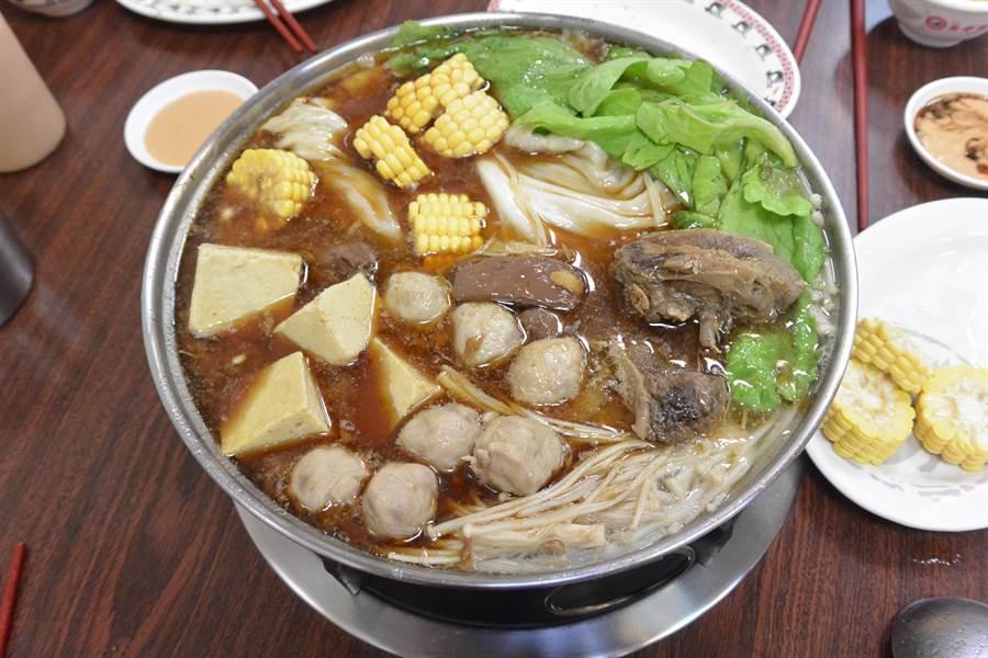店內最暢銷的獨家鍋料是Q彈有嚼勁的鴨肉小丸子,每桌客人幾乎都會點上好幾盤。(巫靜婷攝)