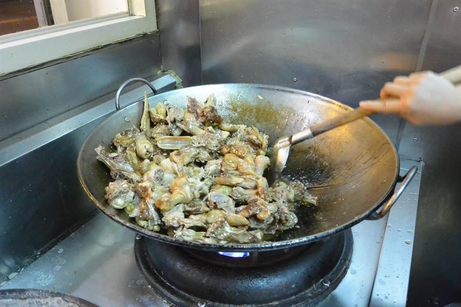 美味秘訣是堅持「1拍、2炒、3燉」的工法,熬煮出辛香甘甜、湯頭層次分明的美味薑母鴨。(巫靜婷攝)