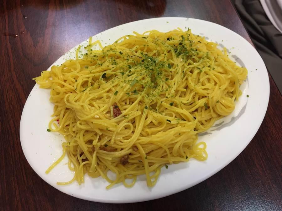 添加珍貴薑黃的黃金麵線撒上海苔粉讓不喜歡香菜或蔥花的客人也能品嘗,點綴之餘不搶走麵線口感,深受大小朋友歡迎。(巫靜婷攝)
