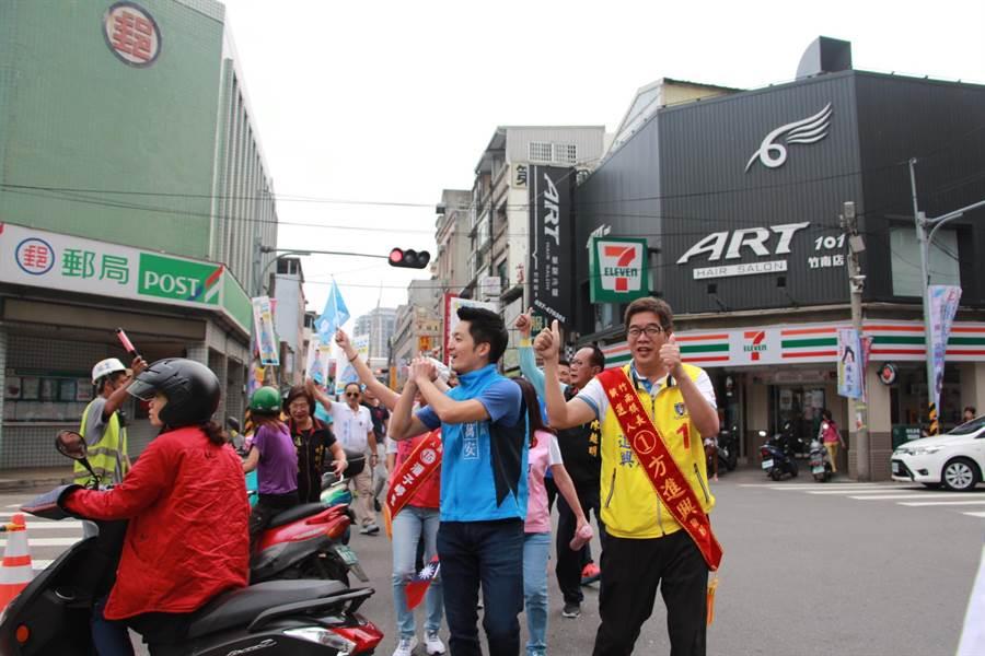 國民黨立法委員蔣萬安(前排右二)12日到苗栗竹南,陪同竹南鎮長候選人方進興(前排右一)掃街拜票。(何冠嫻攝)