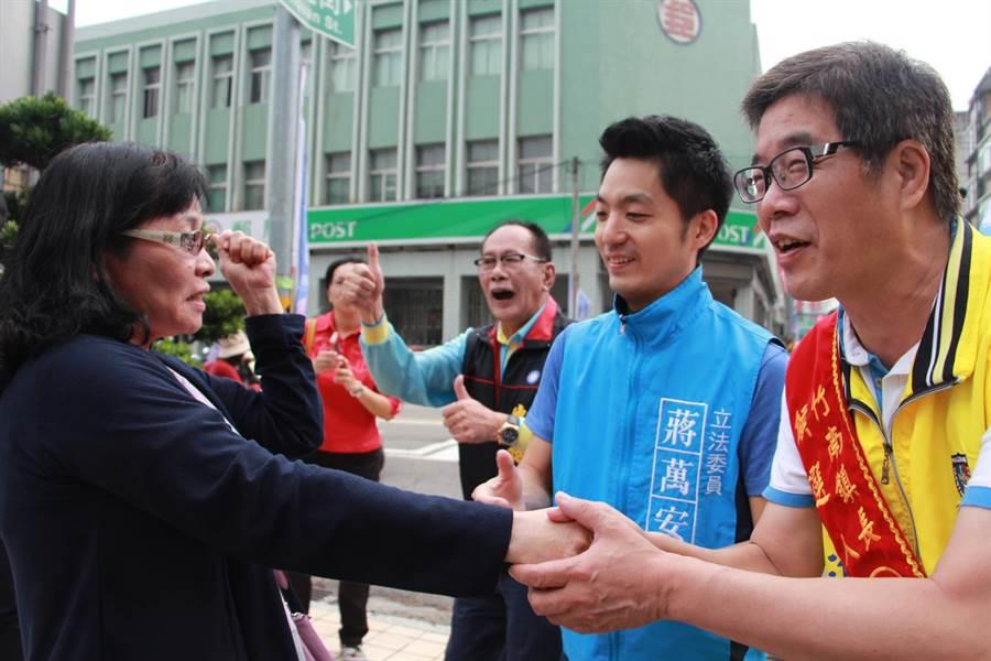 國民黨立法委員蔣萬安(右二)陪同竹南鎮長候選人方進興(右一),在竹南火車站附近掃街拜票。(何冠嫻攝)