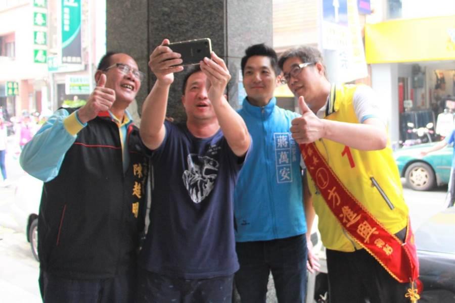 國民黨立法委員蔣萬安(右二)魅力無法擋,民眾要求自拍留念。(何冠嫻攝)