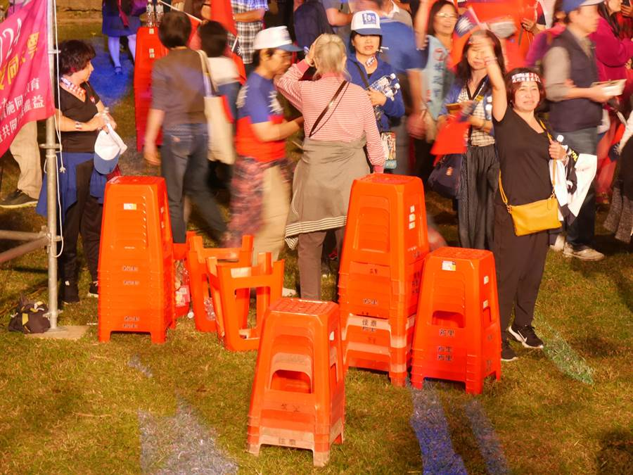 散場時支持者邊高歌、邊自主堆疊椅子、收拾垃圾。(蔡依珍攝)