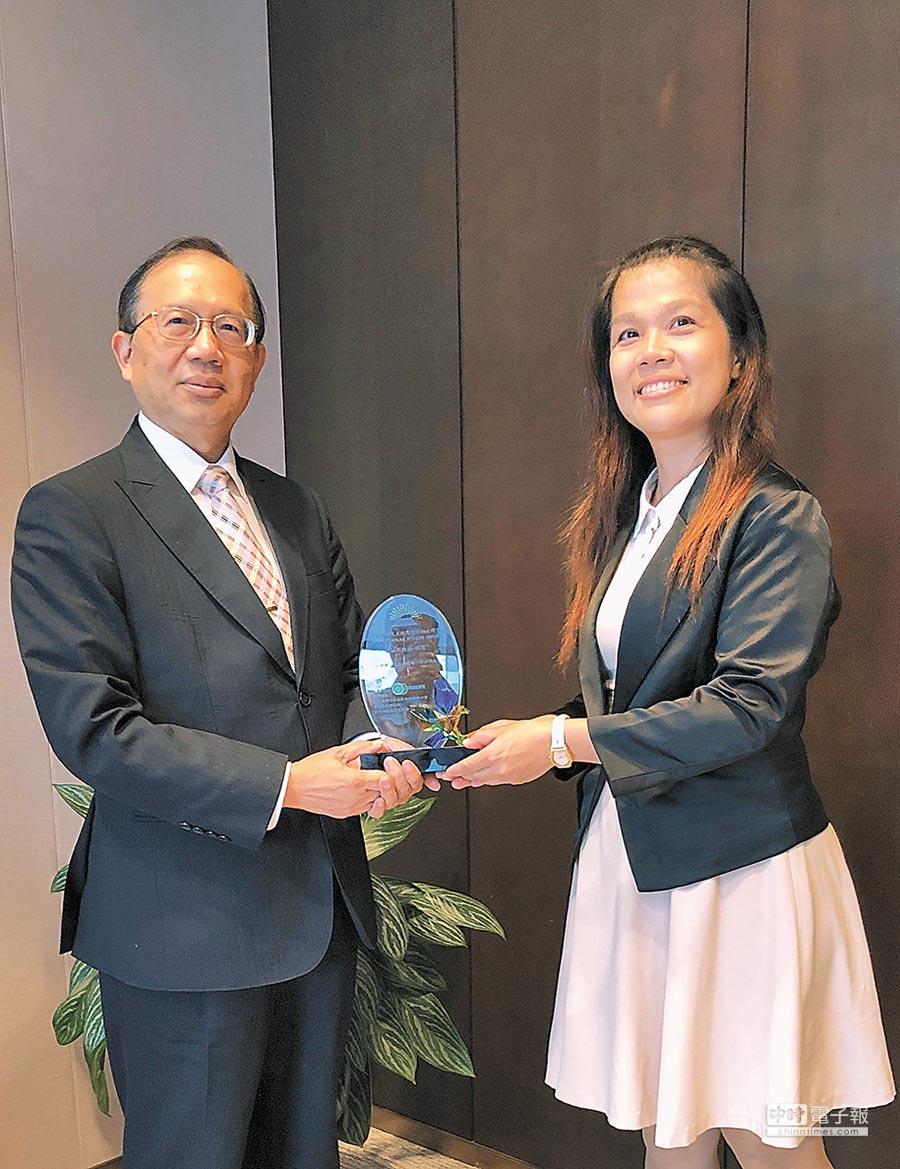 華南銀行獲經濟部能源局光鐸獎優選,由華南銀行副總經理石志和(左)代表領獎。圖/華南銀行提供