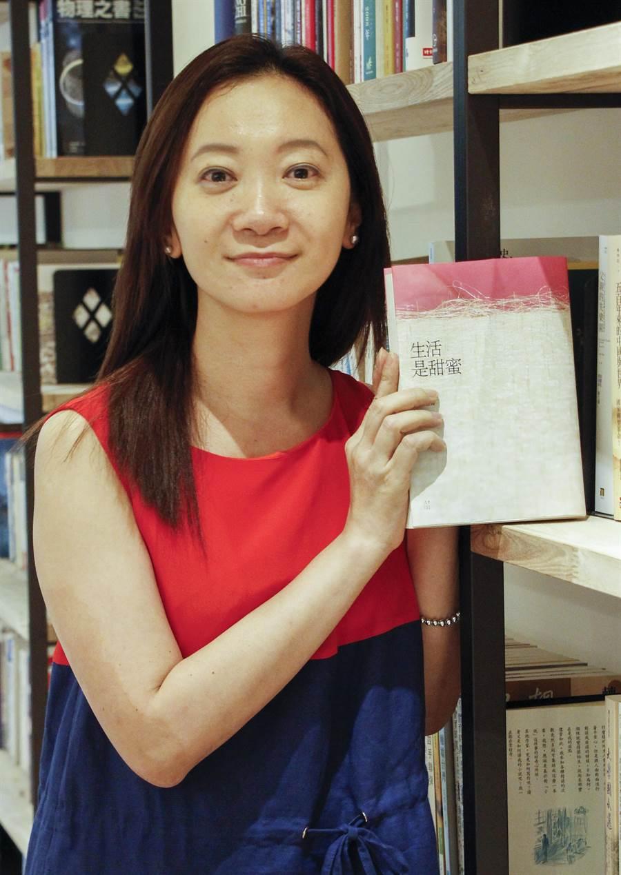 作家李維菁近日出版《生活是甜蜜》一書,故事內容含括貧窮與奢華、風光與殘敗,將從事藝文評論多年的經驗寫成小說。(實習攝影陳育陞攝)