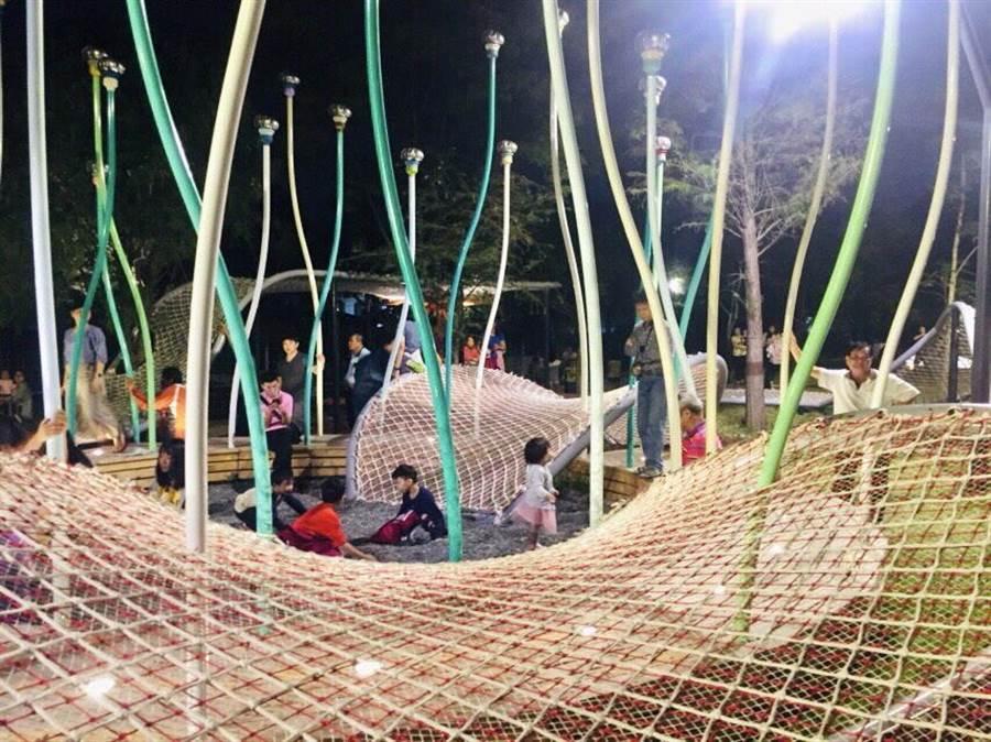 豐原葫蘆墩公園邀請藝術家創作4座地景藝術打造「大地調色盤」,兼具趣味與親子互動性質的地景裝置,吸引眾多親子同樂。(圖/台中市府提供)