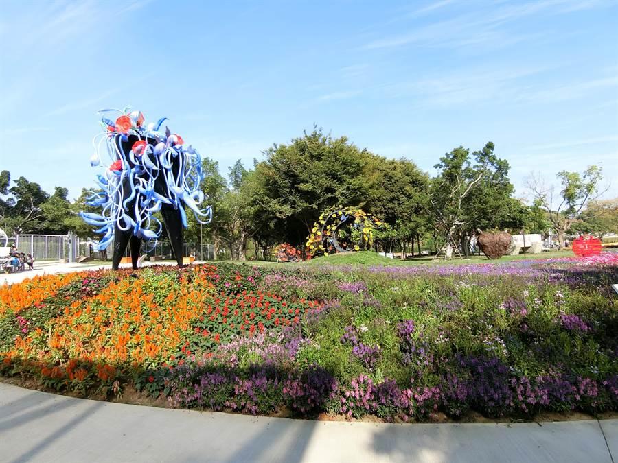 花博三大展區之一的豐原葫蘆墩公園,透過既有公園及軟埤仔溪河岸進行景觀營造,吸引很多人潮參觀。(盧金足攝)