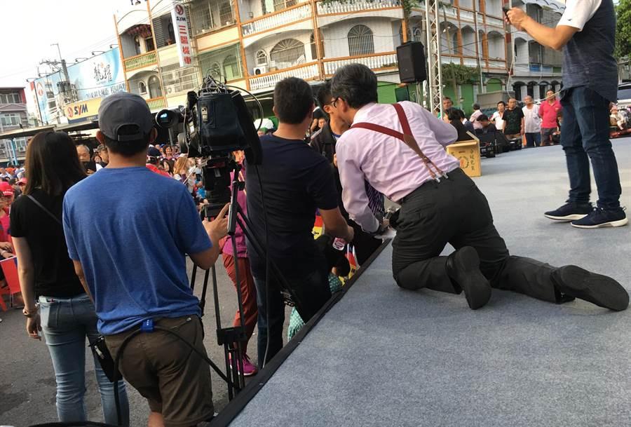 戴立綱為配合民眾拍照竟然雙腳下跪。(中天)