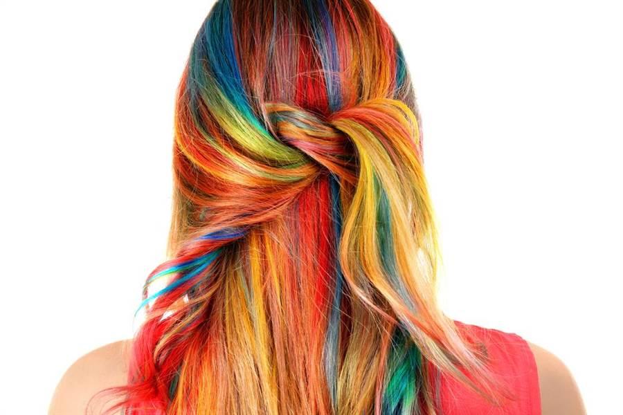 因為喜歡不同髮色而勤於染髮,但染髮劑含化學成份,會對頭皮造成傷害。(圖/達志影像)