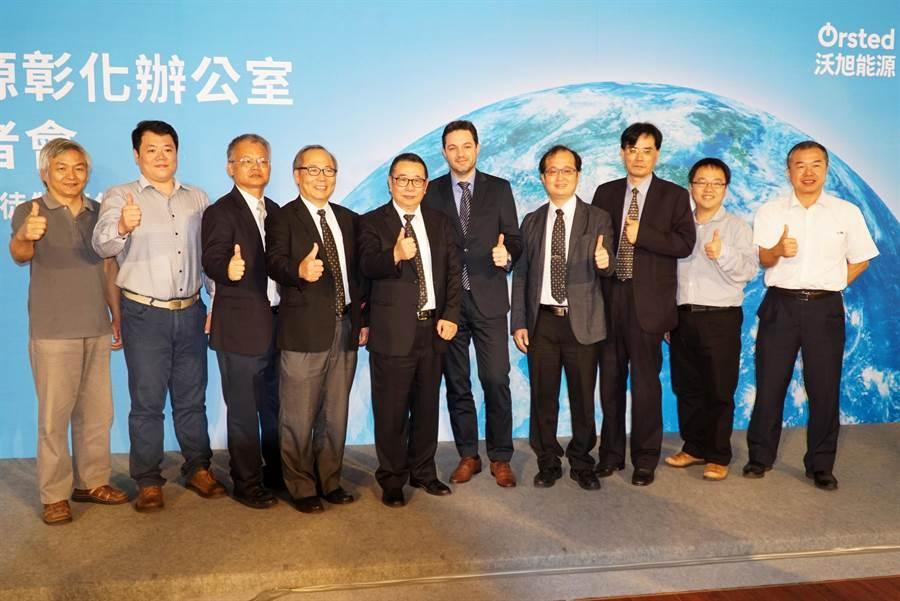 大葉大學校長梁卓中(左五)帶領工學院團隊出席「大葉沃旭離岸風電學徒計畫」記者會。(謝瓊雲翻攝)