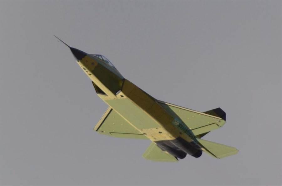 FC-31鶻鷹的彈倉與腹比是目前全球戰機裡最大的。(圖/鳳凰網)