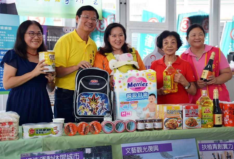 民進黨屏東市長候選人(左2)以自身經驗推出社福政見,盼爭取弱勢家庭認同。(林和生攝)