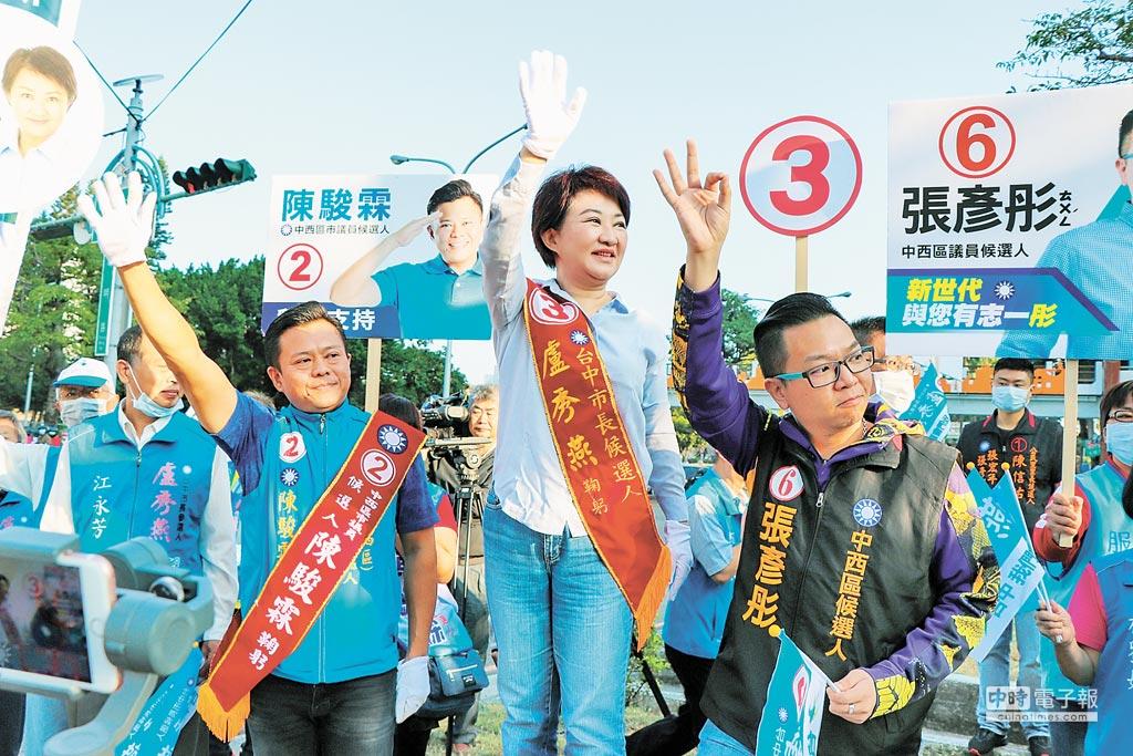 國民黨台中市長候選人盧秀燕13日早上到台灣大道、忠明路口,站在路旁向選民拜票。(林欣儀攝)