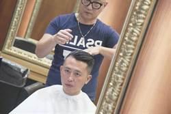 林智堅直播剪髮 萬名網友關注歐巴油頭