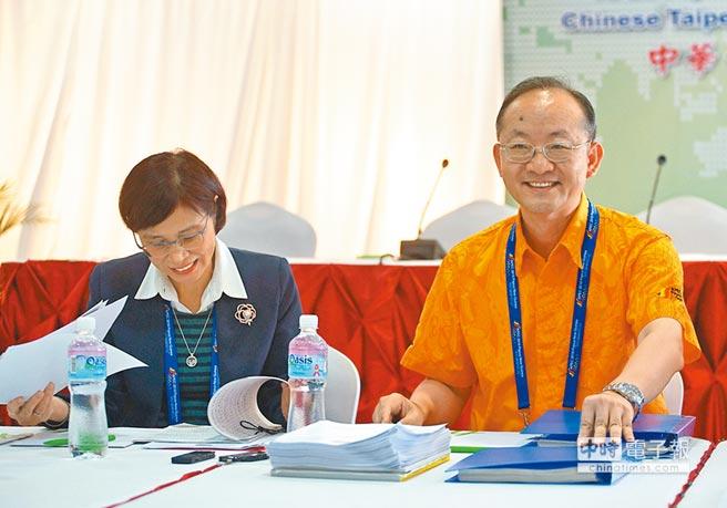 外交部國際組織司司長陳龍錦(右)與經濟部國際貿易局局長楊珍妮(左)在莫士比港接受媒體訪問。對於外界預期兩岸會中交鋒,外交部表示,誤解與爭議已解決,盼在APEC架構下,維持兩岸良性互動。(中央社)