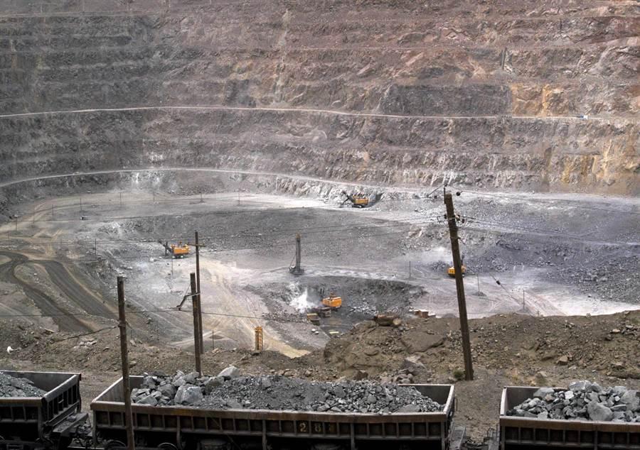圖為中國北方內蒙古自治區包頭白雲鄂博礦區的稀土礦,該礦場最早的設備與技術都是整套從美國來的。(圖/美聯社)