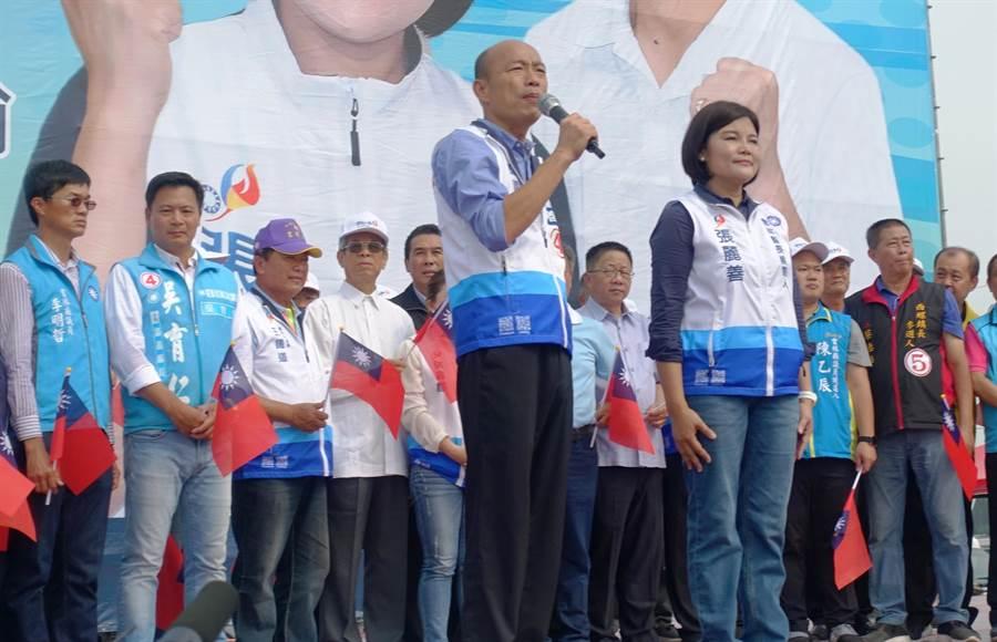 10日全國農漁民齊發聲活動,李明哲(左一)被擠到邊緣,前方演講者是韓國瑜。(周麗蘭攝)