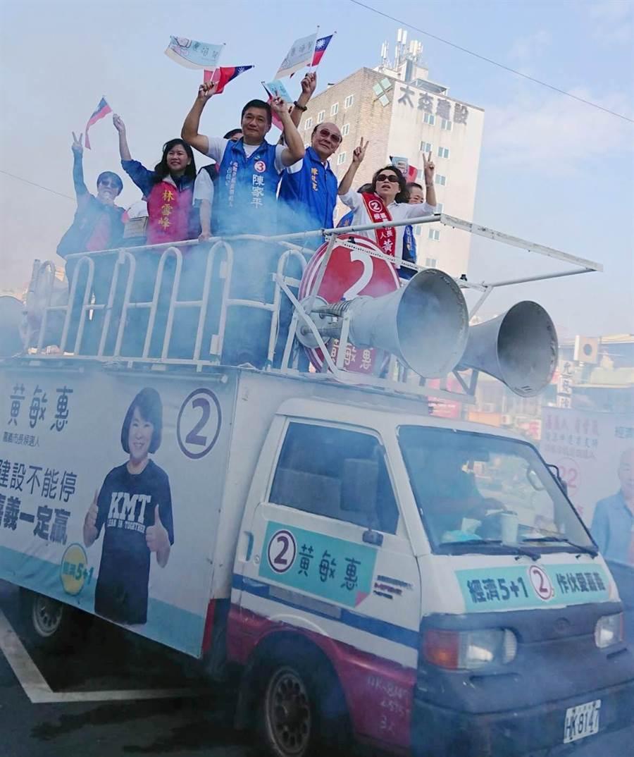今競選起跑日,國民黨嘉義市長候選人黃敏惠一早登上戰車,進行掃街遊行。(呂妍庭翻攝)