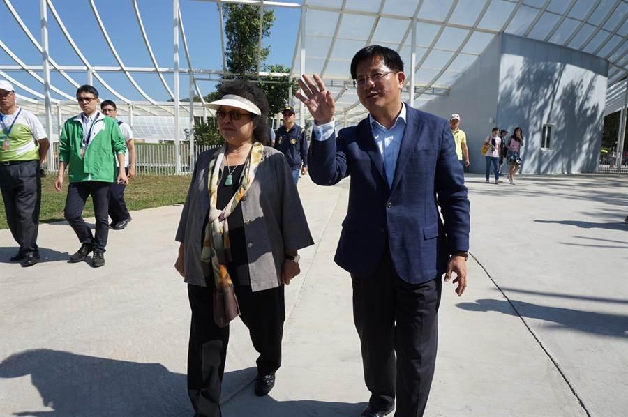 台中市長林佳龍(右)陪同身兼民進黨中執委的總統府秘書長陳菊(左)參訪花博森林園區。(王文吉攝)