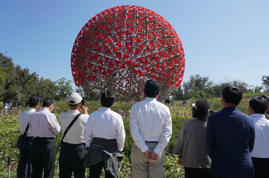 民進黨中執委陳菊等一行欣賞「聆聽花開的聲音」。(王文吉攝)