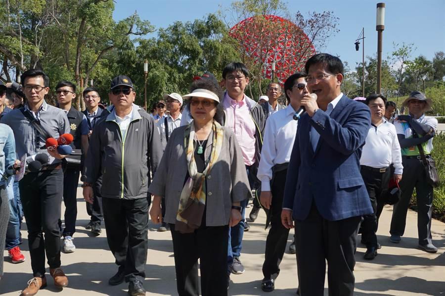 林佳龍(右)貼身陪同陳菊(中)參訪花博森林園區,一路導覽解說。(王文吉攝)