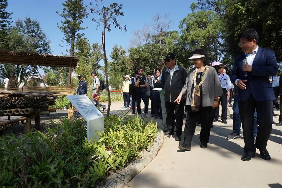 陳菊與林佳龍等經過阿美族馬太鞍部落生態池,特別留步觀看解說牌。(王文吉攝)