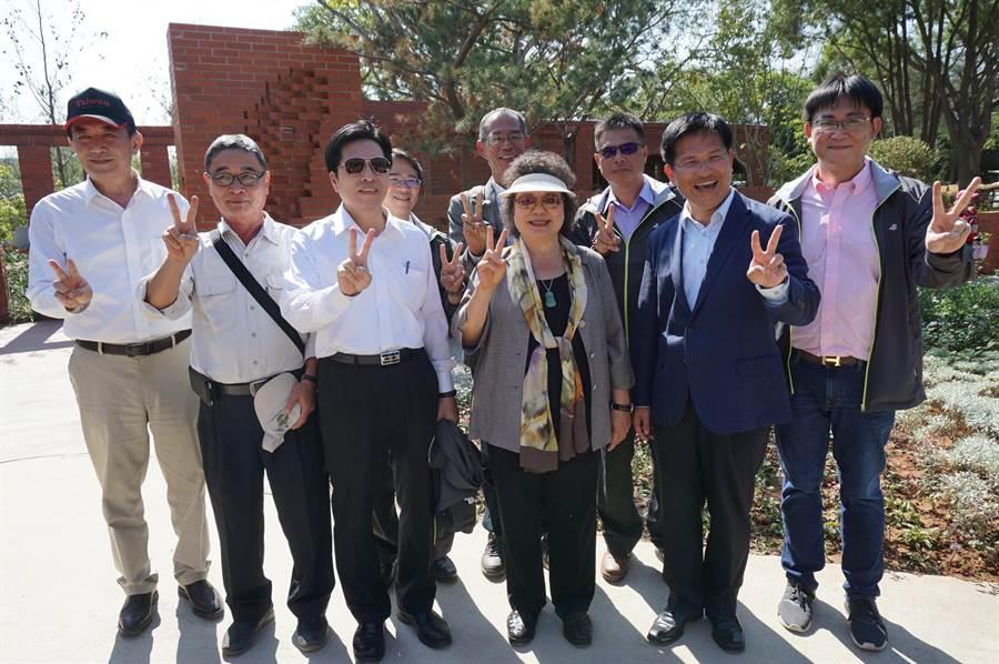 民進黨中執委陳菊(右三)等一行,在國際庭園台灣館前合影,並比出「YA」手勢,力挺林佳龍(右二)連任。(王文吉攝)