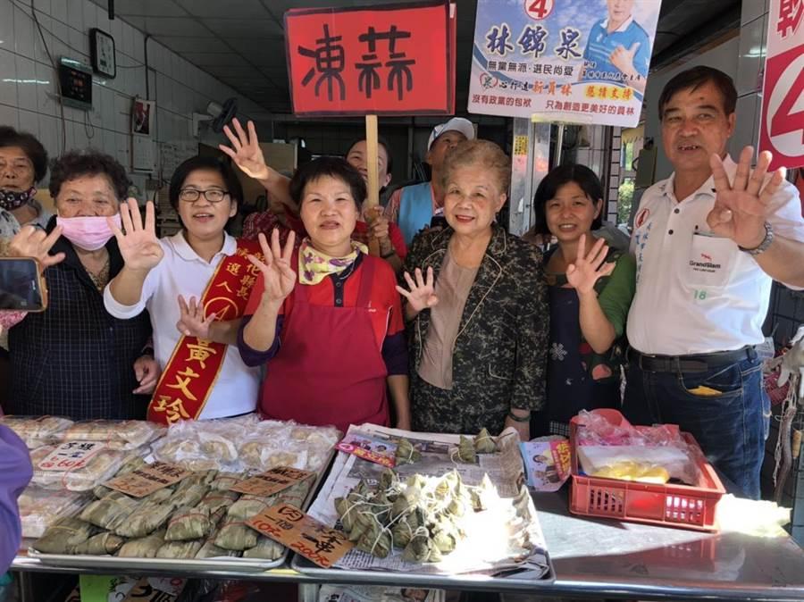 柯媽媽南下彰化陪同黃文玲到菜市場拜票。(吳敏菁翻攝)