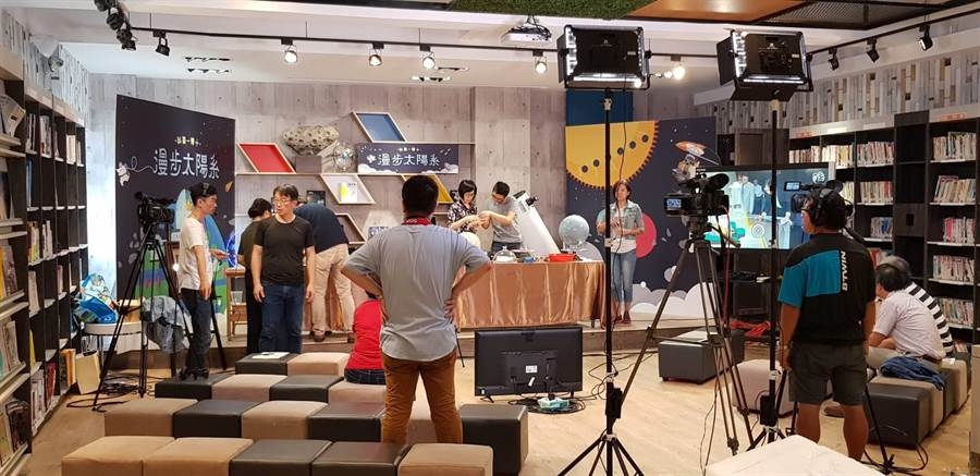 「科普一傳十」在弘文中學圖書館進行「漫步太陽系」節目直播。(王文吉攝)