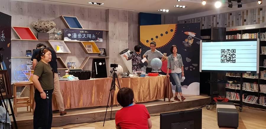 弘文中學圖書館變身攝影棚,邀請天文大師進行「漫步太陽系」科學講座。(王文吉攝)