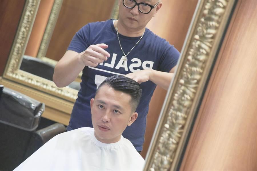 新竹市長林智堅直播剪髮,吸引萬名網友關注,帶起一波歐巴油頭風。(徐養齡翻攝)