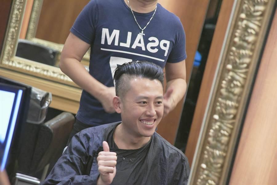 林智堅直播剪髮,吸引萬名網友關注,帶起一波歐巴油頭風。(徐養齡翻攝)