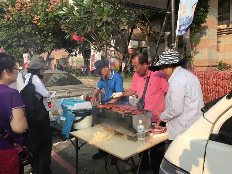 賣烤香腸的攤商後面準備「香腸瀑布」,準備歡迎支持韓國瑜的人潮。(圖/民眾提供)