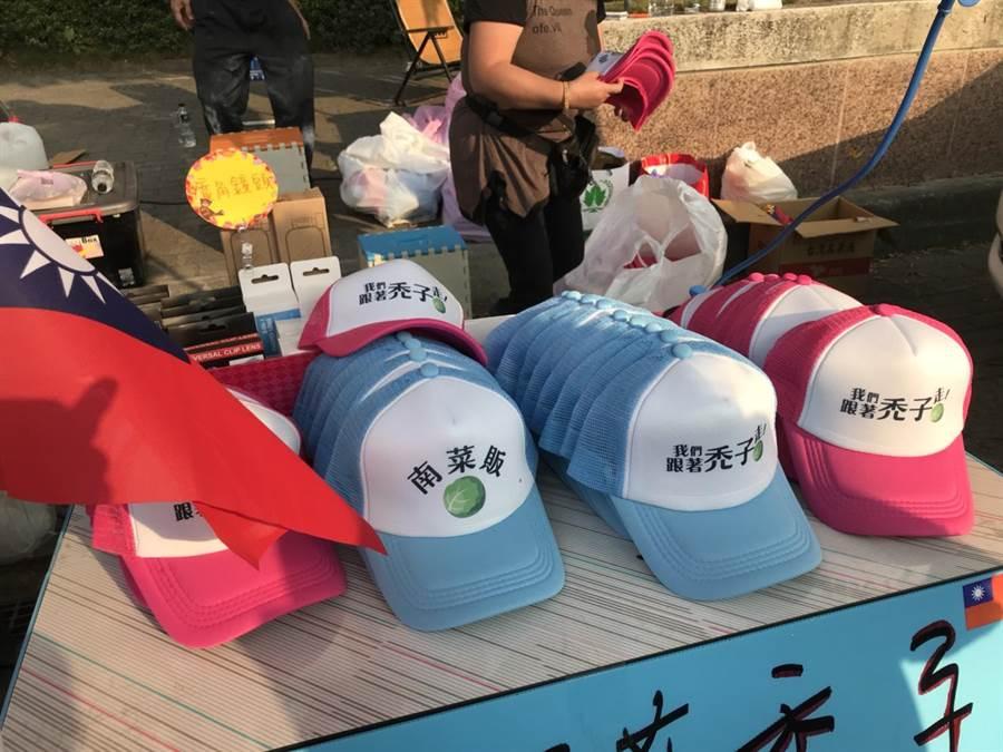 民眾擺攤賣帽子,上面印有「我們跟著禿子走」。(圖/民眾提供)
