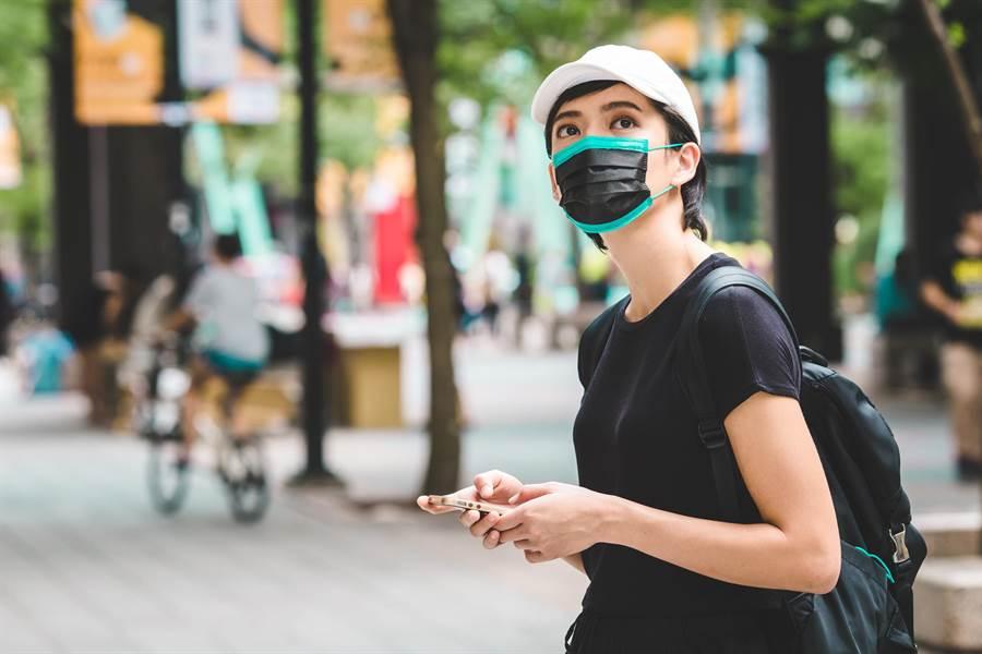 中衛創新推出數十款時尚彩色口罩,大幅提高民眾戴口罩的意願。(圖/業者)