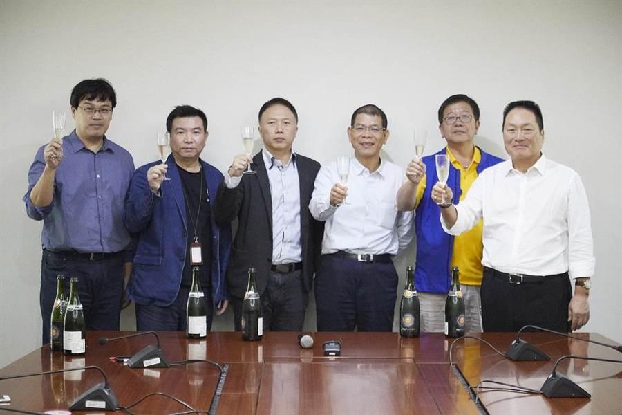 東森購物董事長王令麟開香檳慶功,並期許明年雙11挑戰翻倍4.8億元的業績目標。圖:業者提供