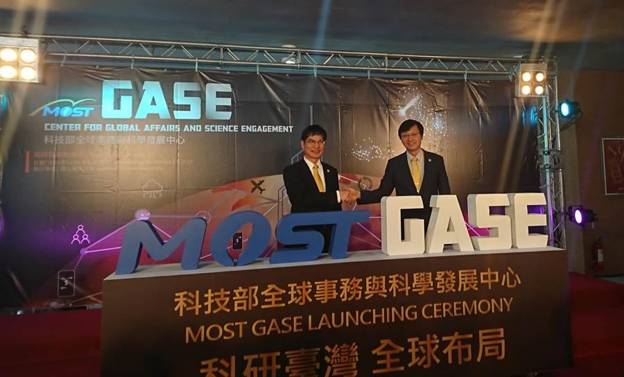 科技部與台灣大學今(14)日舉行「全球事務與科學發展中心」揭牌儀式,科技部長陳良基(左)與台大代理校長郭大維(右)出席。(李侑珊攝)