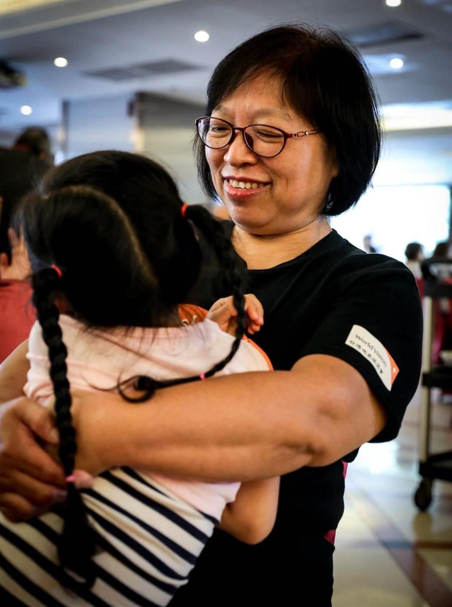 寄養媽媽蘇素華盼望每個寄養童的生命都能走向圓滿。(台灣世界展望會提供)