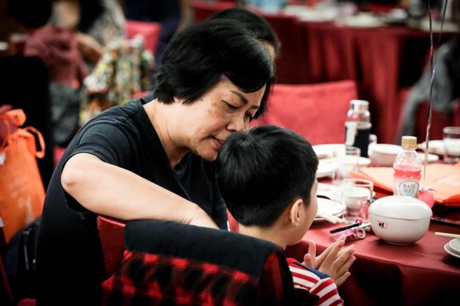 服務滿15年的寄養媽媽李娟玲表示,展望會開辦的訓練課程,有助她增進親職教養技能。(台灣世界展望會提供)