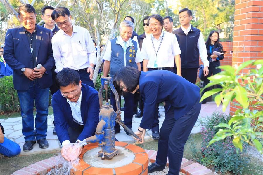 遇水則發!蔡英文總統(右)14日在花博后里園區童心大發,以古早味的打水機打水給台中市長林佳龍洗手(盧金足攝)