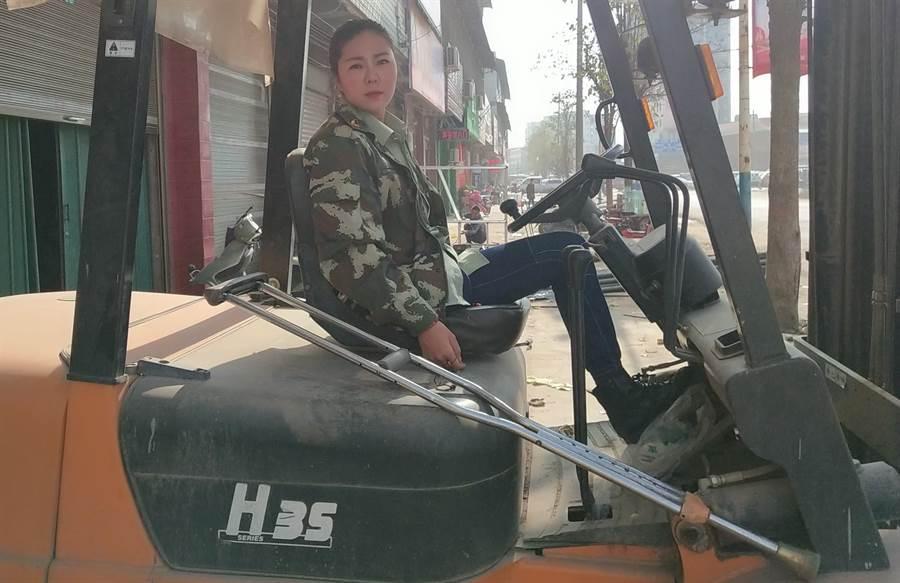 現在的羅雨是一名電焊工 受到許多人追捧紛紛稱她為「雨大寶」(圖/翻攝自《澎湃新聞》)