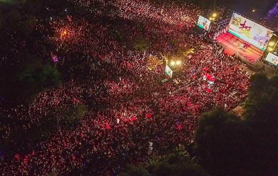 韓國瑜岡山造勢晚會空拍圖,主持人蕭漢俊宣布,現場擠進逾10萬人。(圖/取自韓國瑜粉絲後援會臉書)