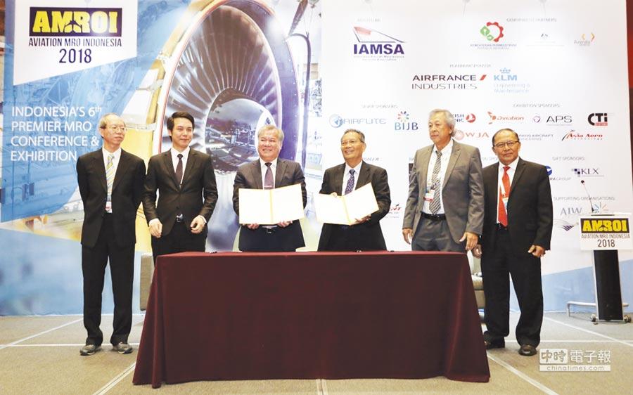 亞航董事長盧天麟(左三)與印尼知名航空大廠簽署MOU。(資料照 圖/亞航提供)